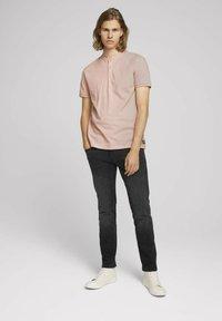 TOM TAILOR DENIM - MIT STREHKRAGEN - Basic T-shirt - soft peach skin - 1