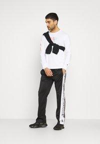 Champion - CREWNECK LONG SLEEVE  - Långärmad tröja - white - 1