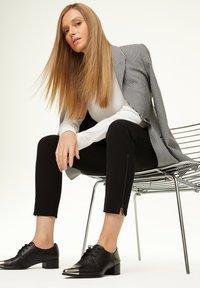 comma - MIT REISSVERSCHLUSS-DETAIL - Trousers - black - 1