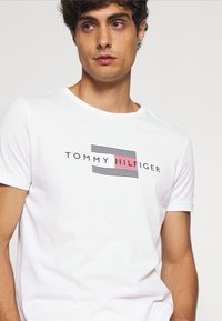 Tommy Hilfiger - LINES TEE - Print T-shirt - white - 4