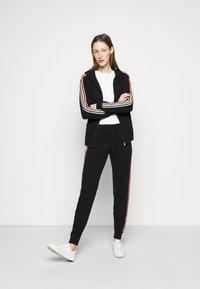 CHINTI & PARKER - STRIPE SLEEVE HOODIE - Sweater met rits - black - 1