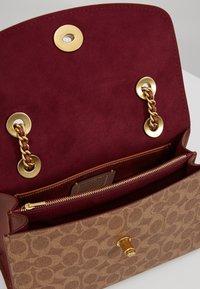 Coach - COLORBLOCK SIGNATURE PARKER SHOULDER - Handbag - rust - 4