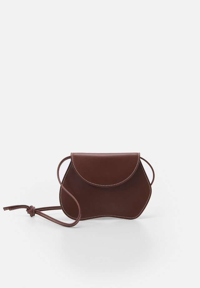 PEBBLE MICRO BAG - Käsilaukku - chestnut