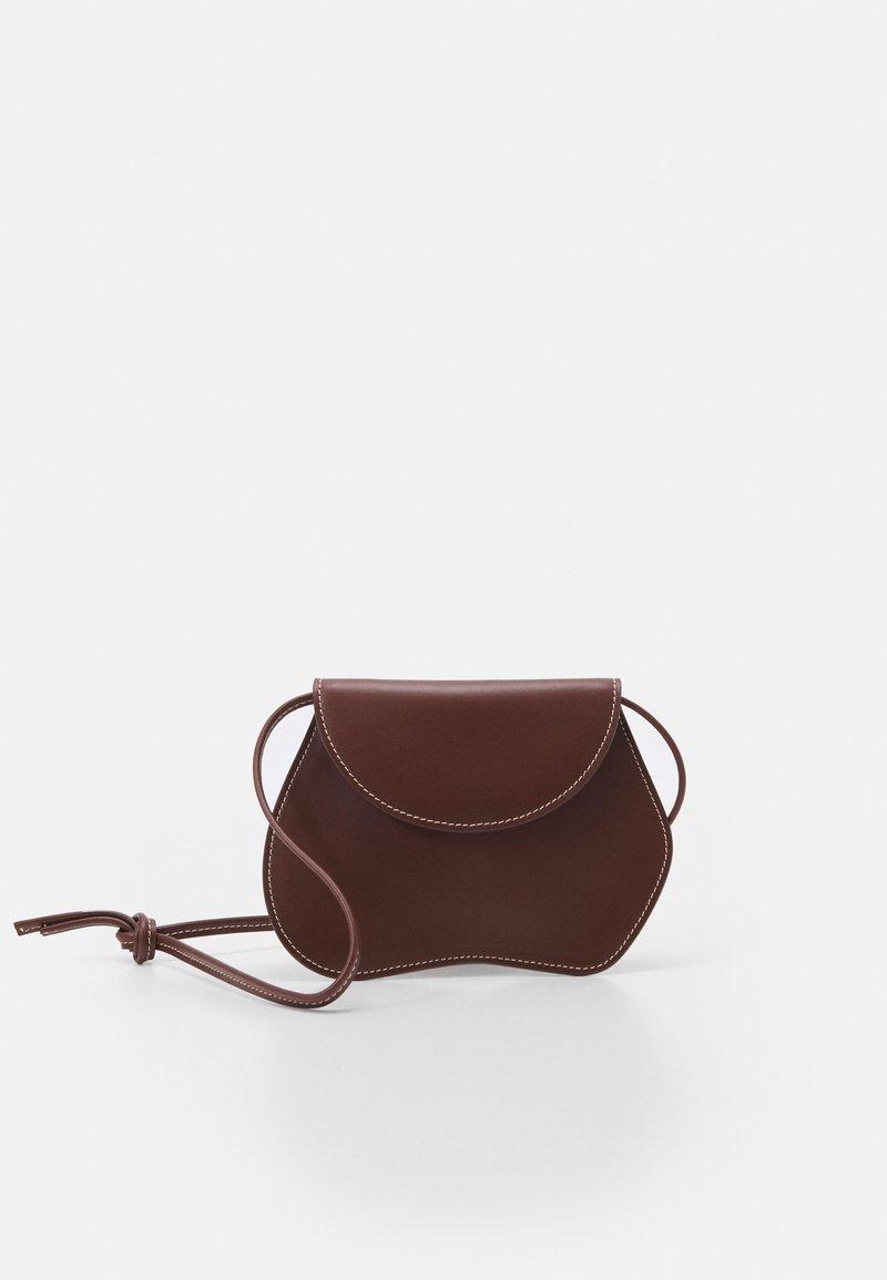 Little Liffner - PEBBLE MICRO BAG - Handbag - chestnut