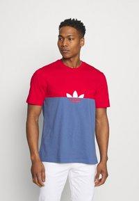 adidas Originals - SLICE BOX - T-shirt z nadrukiem - crew blue/scarlet - 0