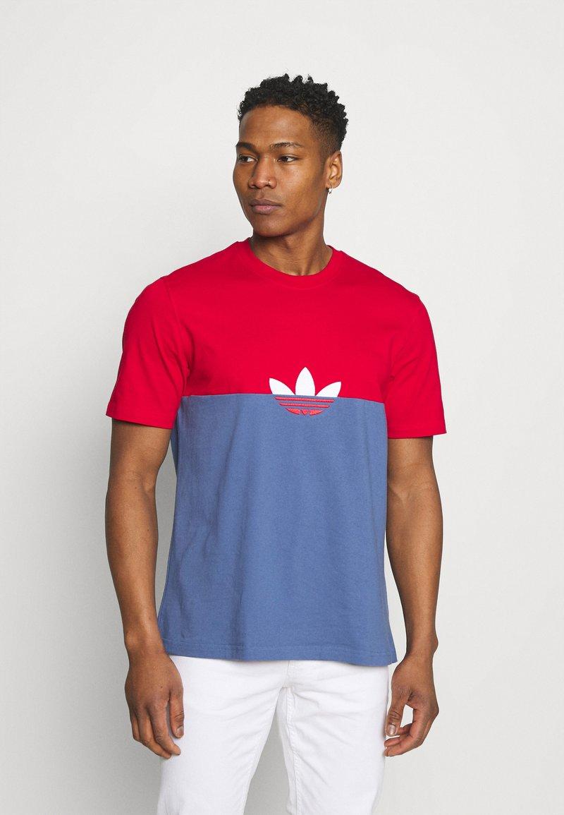 adidas Originals - SLICE BOX - T-shirt z nadrukiem - crew blue/scarlet