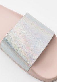 MICHAEL Michael Kors - GILMORE SLIDE - Klapki - silver/multicolor - 5
