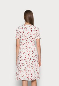 IN THE STYLE - JAC JOSSA FLORAL PRINT WRAP FRONT MIDI DRESS WITH PUFF SLE - Kjole - white - 2