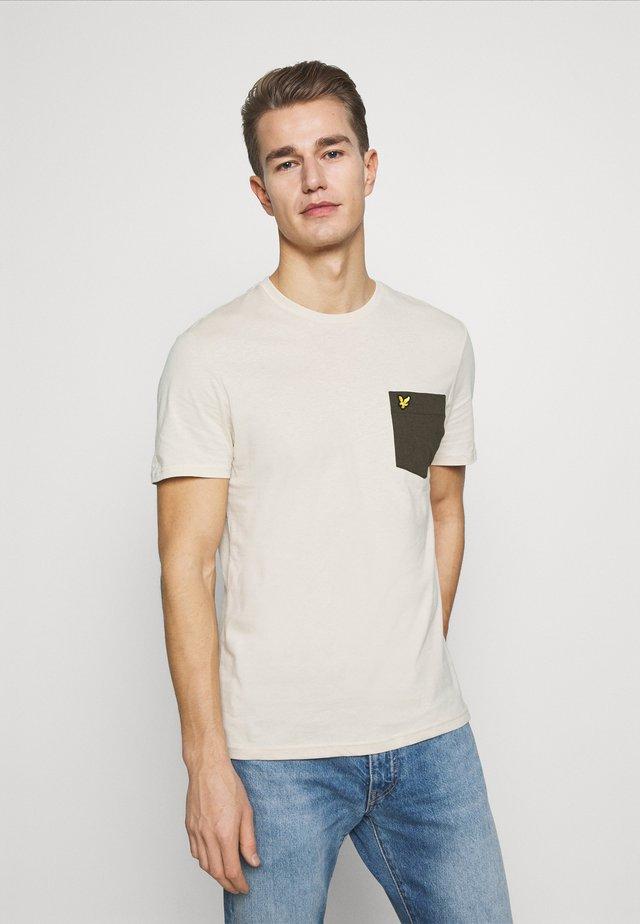 CONTRAST POCKET - T-shirt print - sesame/trek green