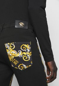 Versace Jeans Couture - TELO NEW LOGO - Slim fit jeans - nero - 8