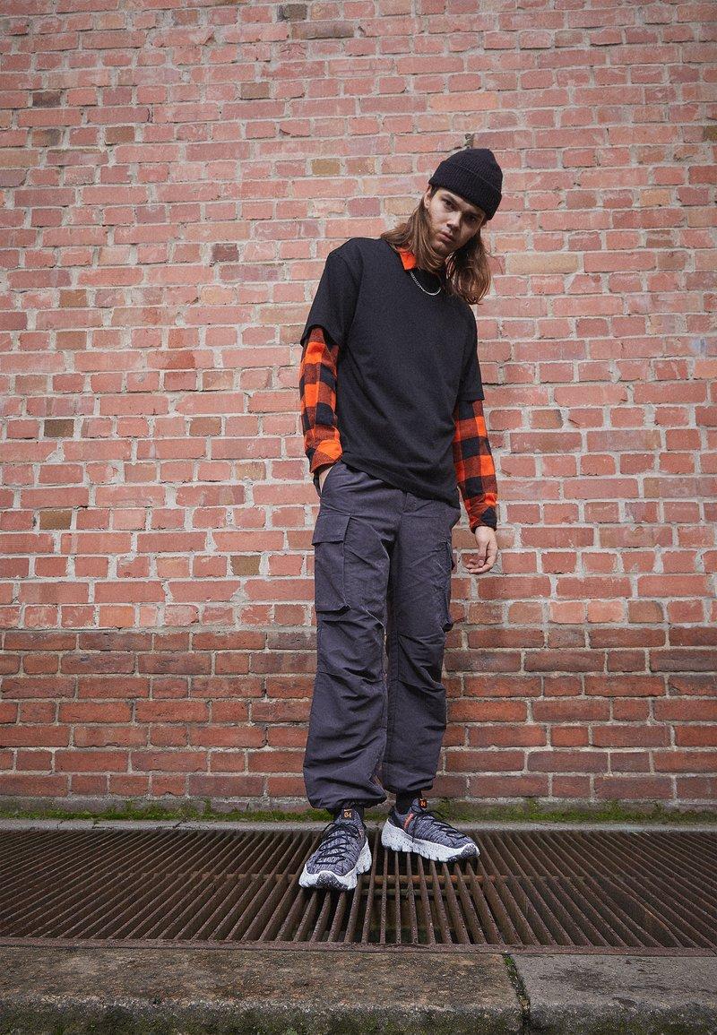 Nike Sportswear - SPACE HIPPIE  - Baskets basses - iron grey/photon dust/black/hyper crimson
