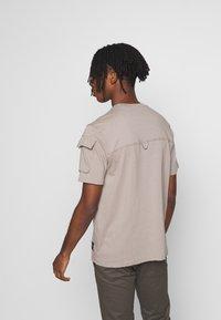 Mennace - UTILITY SLEEVE POCKET - Print T-shirt - beige - 2