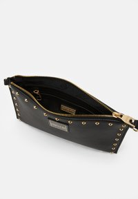 Versace Jeans Couture - MEDIUM POUCH STUDDED - Clutch - nero/oro - 2