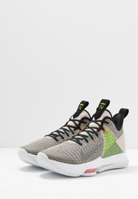 Nike Performance - LEBRON WITNESS IV - Obuwie do koszykówki - string/black/volt/bright crimson/white - 2