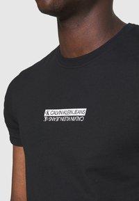 Calvin Klein Jeans - MIRROR LOGO SLIM FIT TEE - T-shirt z nadrukiem - black - 5