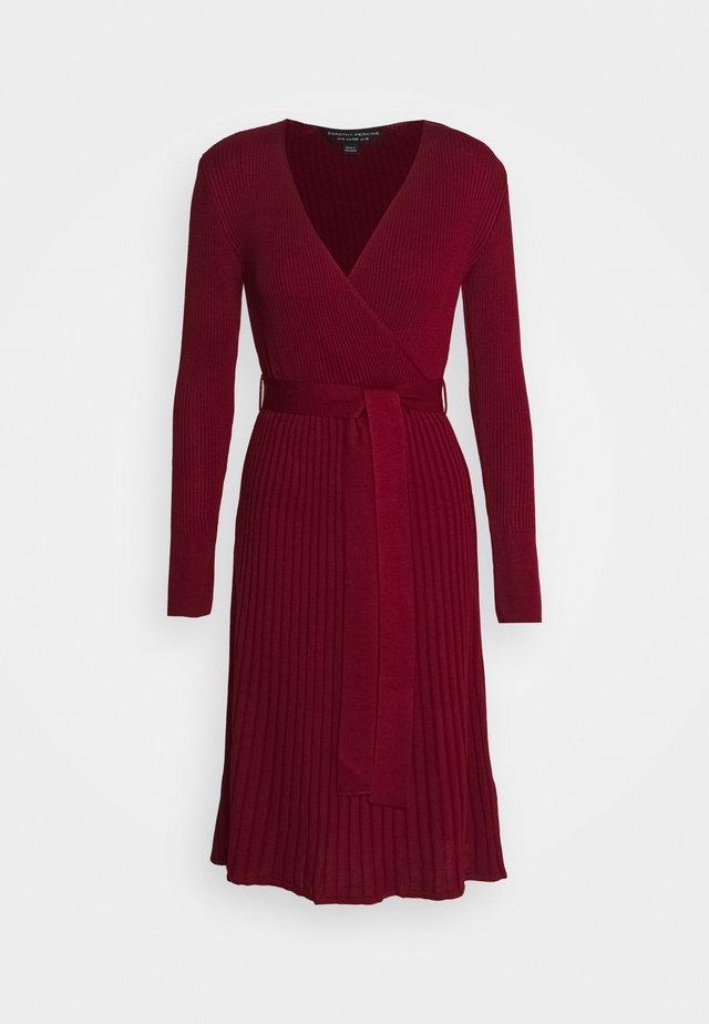 WRAP DRESS - Stickad klänning - burgundy