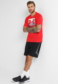 Under Armour - BOXED STYLE - Print T-shirt - red/steel - 1