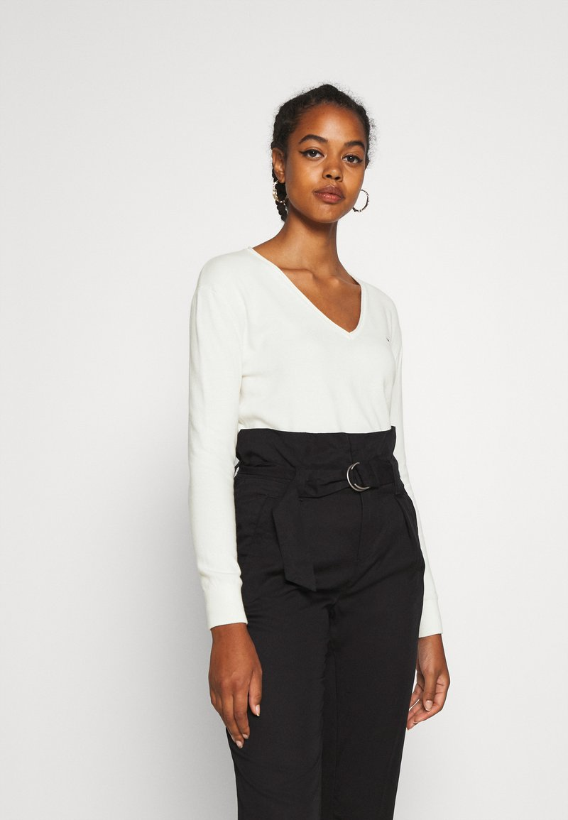 Tommy Jeans - SOFT TOUCH V NECK  - Sweter - snow white
