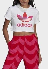 adidas Originals - T-shirt print - white/vivid red/team real magenta - 3