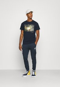 Redefined Rebel - AMARI TEE - Print T-shirt - navy - 1