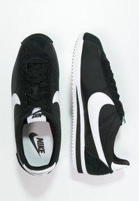 Nike Sportswear - CLASSIC CORTEZ - Baskets basses - black/white - 1