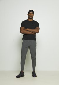 Nike Performance - MILER  - T-shirt basic - black/silver - 1