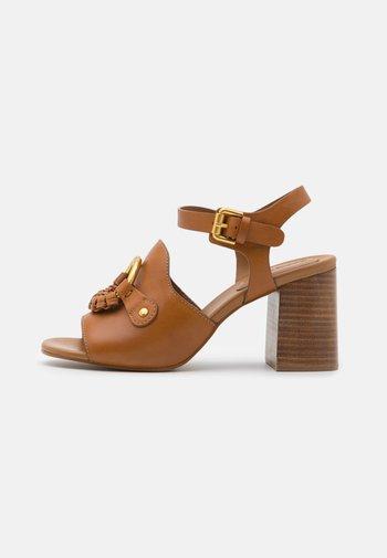 HANA - Sandaalit nilkkaremmillä - tan