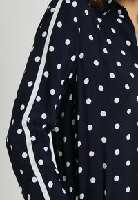 More & More - DOTTED BLOUSE - Blůza - marine - 5