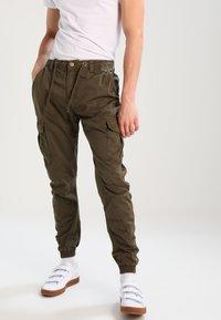 Urban Classics - JOGGING PANT - Pantalon cargo - olive - 0
