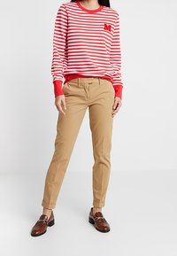 Tommy Hilfiger - HERITAGE - Pantalones chinos - classic camel - 0