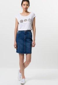 zero - MIT TASCHEN - Denim skirt - dark mid blue wash - 1