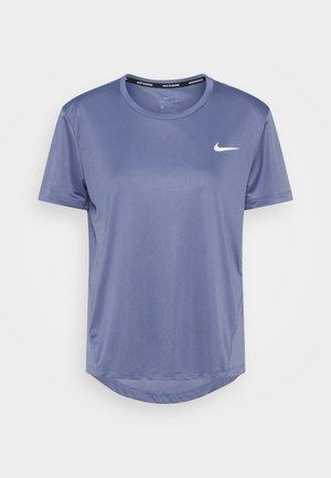 MILER - T-shirts med print - world indigo/silver