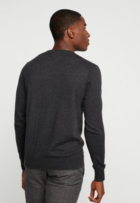 Tommy Hilfiger - BLEND VNECK - Strikkegenser - jet black heather - 2