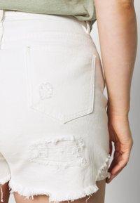 Missguided Plus - EXTREME RIP - Denim shorts - white - 4