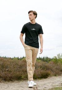 Calvin Klein - SUMMER CENTER LOGO - T-shirt med print - black - 1