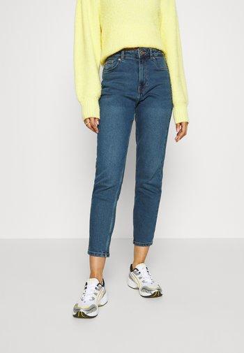 VMJOANA  MOM ANK - Jeans Tapered Fit - medium blue denim