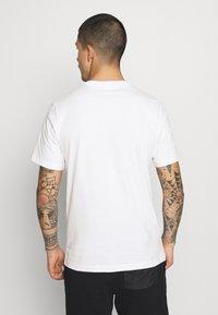Nike Sportswear - TEE MULTIBRAND  - T-shirt con stampa - white - 2