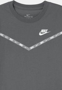 Nike Sportswear - CHEVRON - Print T-shirt - smoke grey - 2