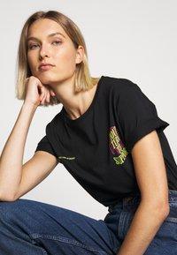 YOURTURN - T-shirt z nadrukiem - black - 8