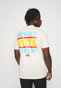 Obey Clothing - REVOLT VOTE REPEAT - T-shirt con stampa - cream - 2