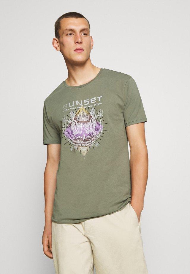 JPRLUCAS TEE CREW NECK - Print T-shirt - agave green