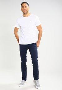 Tommy Jeans - SLIM FERRY - Chinos - navy blazer - 1