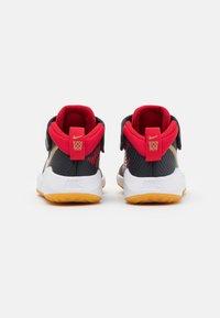 Nike Performance - TEAM HUSTLE 9 UNISEX  - Basketball shoes - dark smoke grey/metallic gold - 2