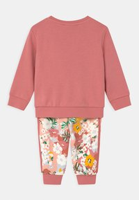 adidas Originals - SET HER LONDON ALL OVER PRINT ORIGINALS TRACKSUIT - Træningsbukser - hazy rose/multicolor/black - 1