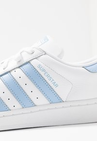 adidas Originals - SUPERSTAR METALLIC GLIMMER SHOES - Sneakers laag - footwear white/glow blue/core black - 2