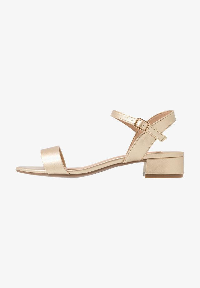WIDE FIT SPRIGHTLY  - Sandály - gold