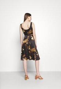 Alexa Chung - SLEEVELESS DAY DRESS - Vapaa-ajan mekko - black/ brown - 2