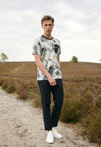 Calvin Klein - SUMMER ALLOVER  - T-shirt con stampa - bright white - 1