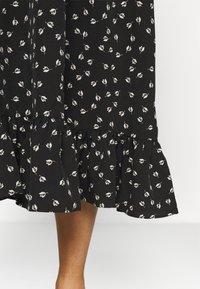 Glamorous Curve - TIERED DRESS - Denní šaty - black tulip - 5
