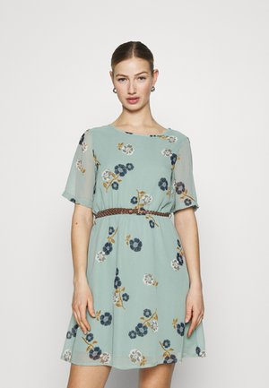 VMFALLIE BELT DRESS - Denní šaty - green milieu